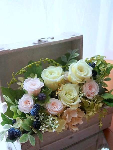 白いボックスにお花を詰め込んで・・